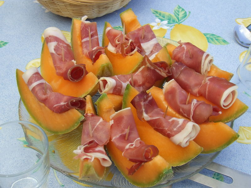 Musafiri nepoftiti aperitive rafinate incropite din doua ingrediente - Melon jambon cru presentation ...
